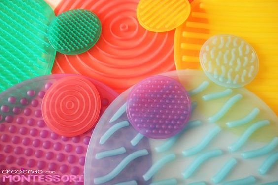 Juegos Sensoriales: Silishapes de Tickit de Jugar i Jugar - Creciendo con Montessori ¡Una idea divertida! Y se pueden crear juegos sensoriales en familia :-)
