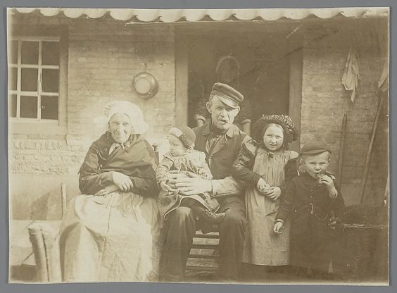 Brabant, Tilburg, 1900 - 1910. Woman with 'poffer' on her head.
