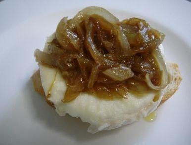 Pincho de queso de cabra con cebolla caramelizada