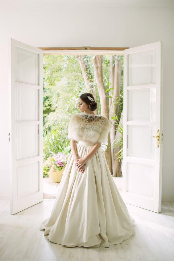 Vestido de novia rústico de seda. Estola de zorro