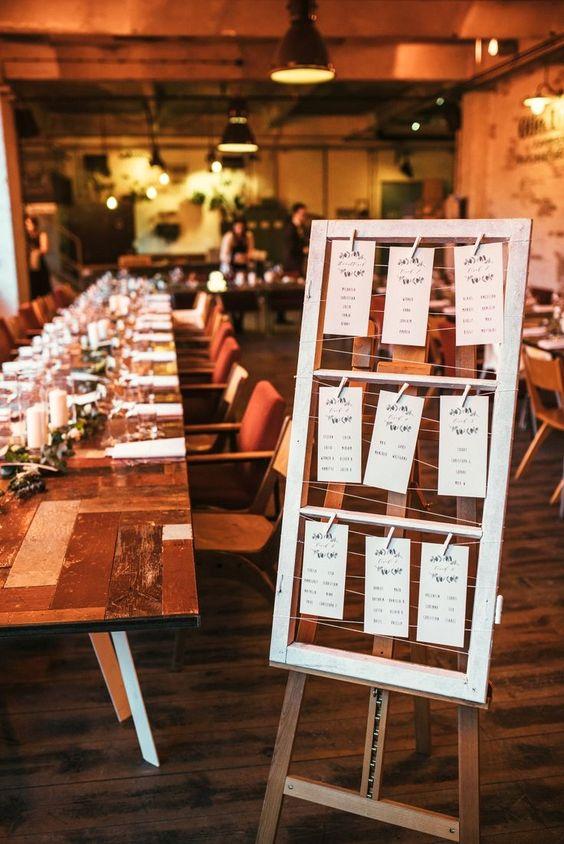 Sitzplan für Hochzeitsgäste - Urbane Hochzeit in Berlin - Valentin Paster Lovemoments #sitzplan #gästeplan #hochzeitsitzplan # hochzeitspapeterie #weddingdiy