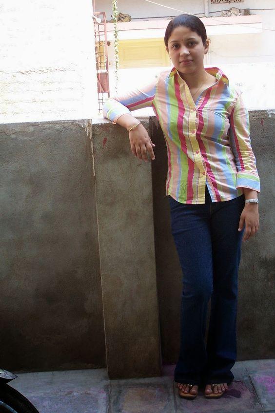Desi school girl Theertha hot navel show of the drunken