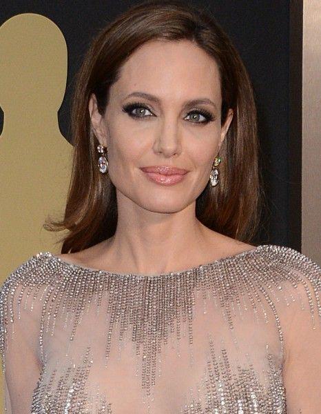 Angelina Jolie et son carré long aux Oscars 2014 http://www.elle.fr/Beaute/Maquillage/Maquillage-de-stars/OSCARS-Les-30-plus-beaux-looks-beaute/Angelina-Jolie-et-son-carre-long