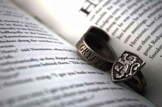 Este anillo de la cimera de Gryffindor: