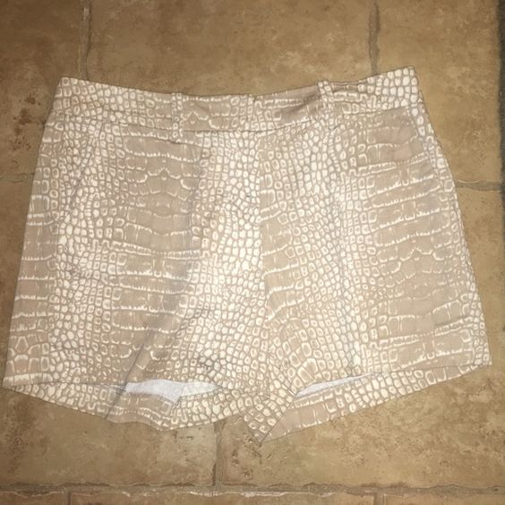 Valerie Bertinelli beige shorts size 10 Great preowned condition Valerie Bertinelli  Shorts