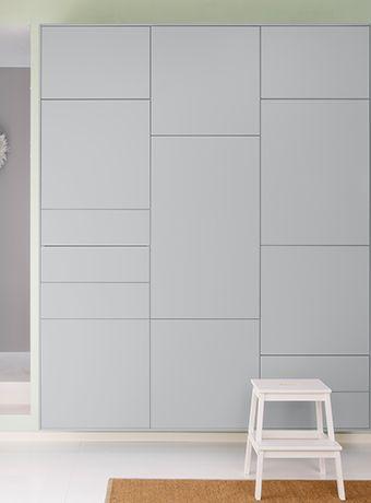 Grand mur couvert d'armoires de cuisine IKEA. Ni poignées ni boutons mais des portes qui s'ouvrent par simple pression.