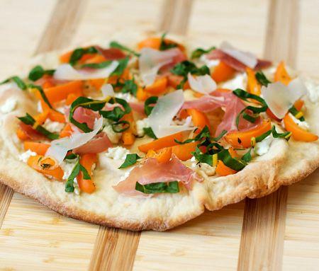 Pizza finement croustillante abricot et prosciutto