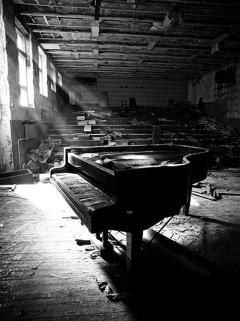 廃墟とピアノのモノクロ・白黒写真の壁紙