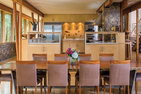 Une cuisine complètement ouverte sur la pièce principale de cette maison en bois