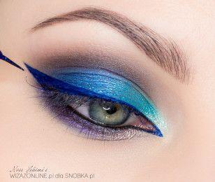 """Wzdłuż górnej linii rzęs namaluj """"jaskółkę"""" przy użyciu granatowego eyeliner'a."""