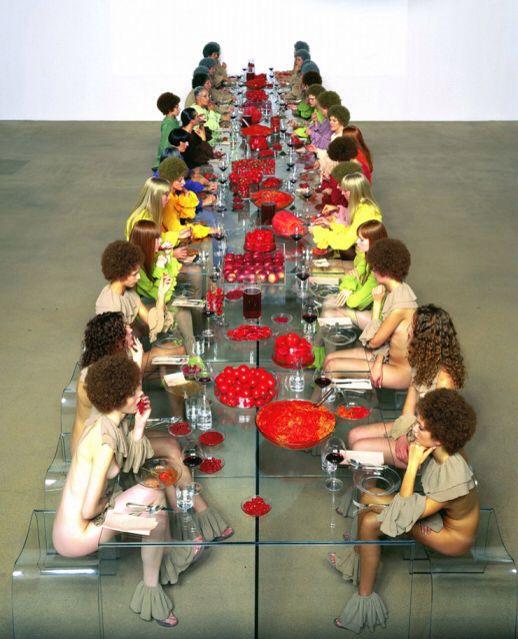 [Vanessa Beecroft] VB 52, 2003 - Con VB52, ci racconta il lato glamour degli anni Novanta: la moda e le modelle degli anni '90, ma le mette a confronto con il tema del cibo e dell'anoressia. La performace VB52, tenutasi al Castello di Rivoli, è strutturata come un banchetto per trenta commensali, scandito da cibi scelti in base al colore, selezionati dall'artista per creare una sequenza di dipinti monocromi. Le immagini si soffermano anche sui personali impulsi delle commensali…
