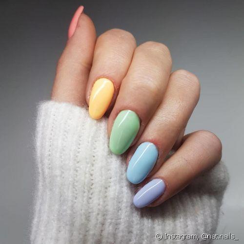 A unha arco-íris ou rainbow nail é uma ótima pedida para colorir os dedos com atitude no visual (Foto: Instagram @nat.nails_)