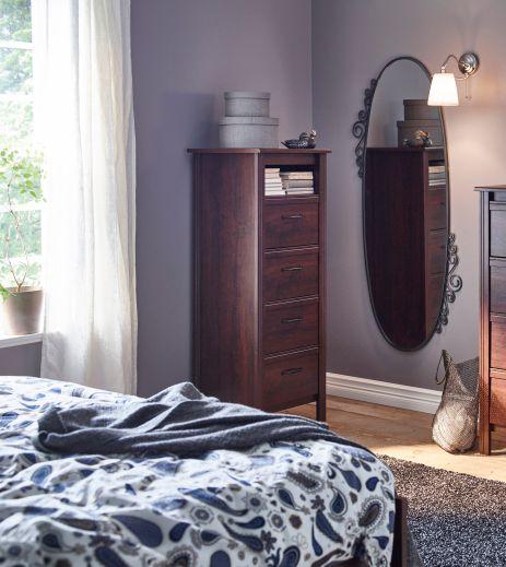 BRUSALI заема точно толкова място, колкото трябва да заема един скрин - малко. :) В същото време ще побере повече, отколкото предполагаш. http://www.ikea.bg/bedroom/Wardrobes-Bedroom-Storage/Chests-of-drawers/28177/29308/