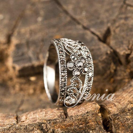 Anillo diseño flores con circonita Elegante anillo retro con diseño de flores, chapado en oro con circonita para mujer.