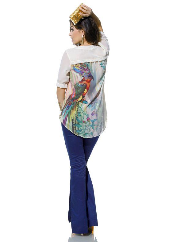 Calça colorida + camisa com transparência, comprimento mullet e estampa tropical: é a Zunnck acompanhando as tendências!
