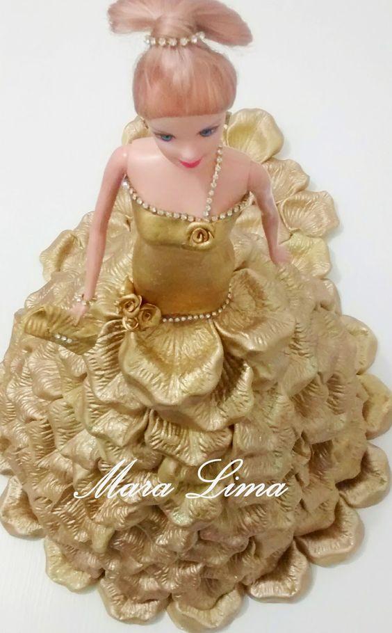 Vestido de EVA cor Ouro  Usei 6 folhas de eva e o frisador da rosa media  Detalhes em strass