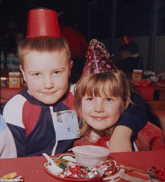Isabella diz que nunca desejou filhos, mas teve Stuart (esquerda) Jo (direita), retratado aqui em 1986. Embora  tenha cuidado dos filhos com diligência e devoção