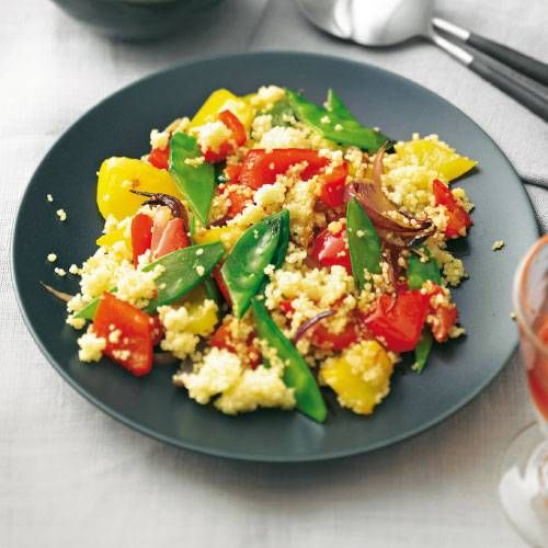 Bunt und gesund ist diese schnelle Pfanne mit Couscous, Paprika und Zuckerschoten. Dazu gibt's einen frischen Schmand-Dip mit Koriander! Zum Rezept: Gemüsepfanne mit Couscous