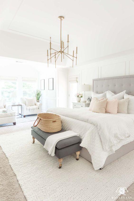 lichte slaapkamer met groot vloerkleed onder bed