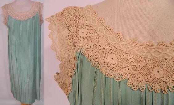 Do Aqua Silk plissadas Vintage Irish Crochet Lace Belted Chemise deslizamento Vestido Solto.  O vestido mede 38 polegadas de comprimento, com 44 quadris polegadas, uma cintura de 42 polegadas e 40 polegadas busto.  Ele está em boas condições wearable.  Esta é verdadeiramente uma maravilhosa peça de arte wearable!