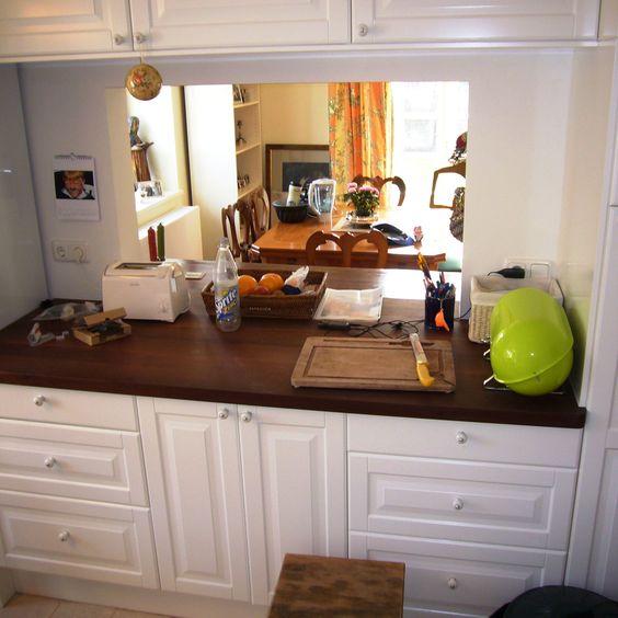 #Küche mit #Steinplatte und lackierte, profilierte Fronten
