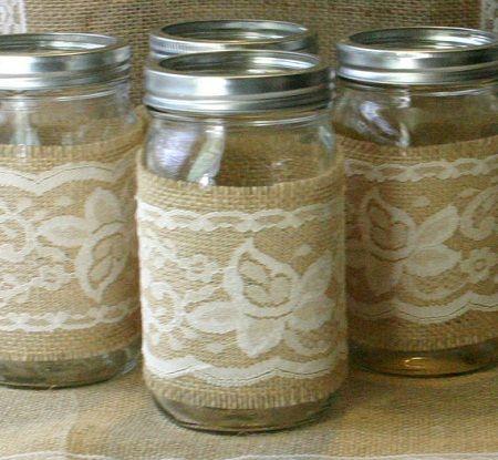 los frascos de vidrio se pueden decorar con tela de saco y encajes