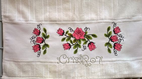Toalha com bordado de rosas na cor rosa
