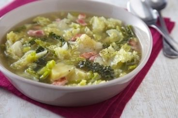Recette de soupe au chou      Chou(x) vert(s) : 2 pièce(s)     Pomme(s) de Terre charlotte : 100 g     Lard fumé : 100 g      Oignon(s) : 2 pièce(s)     Bouillon de légumes : 1 l     Sel fin : 3 pincée(s)      Moulin à poivre : 3 tour(s)     Beurre doux : 20 g