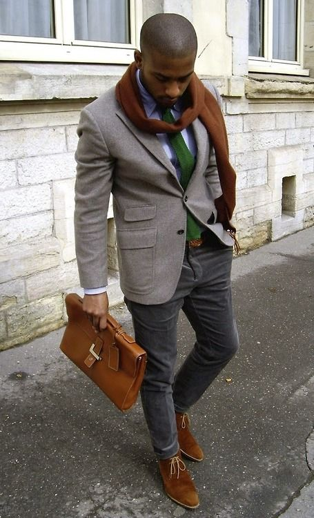 Acheter la tenue sur Lookastic:  https://lookastic.fr/mode-homme/tenues/blazer-chemise-de-ville-pantalon-chino-bottines-chukka--cravate-echarpe-ceinture/1884  — Écharpe brun foncé  — Cravate en tricot vert foncé  — Chemise de ville violet clair  — Blazer en laine gris  — Ceinture en cuir tressé brun  — Pantalon chino gris foncé  — Serviette en cuir brune  — Bottines chukka en daim brun