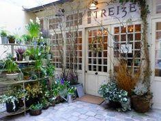 """""""13, a baker's dozen"""" : tel est le nom du Coffee Shop le plus planqué de Paris. Vous ne pénétrerez pas dans ce lieu par hasard. Et pour cause : ce petit endroit exceptionnel est vraiment très bien..."""