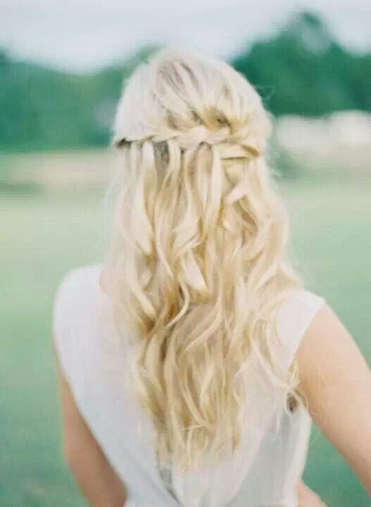 Simply and pretty hairstyle ! For bridemaids or for a vintage bride.