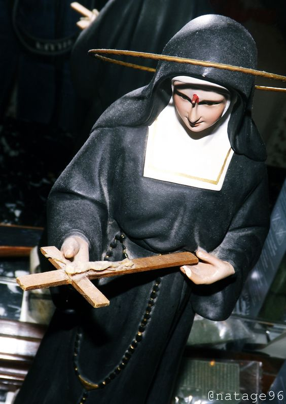 De esto que haces una serie de fotos royo siniestro por la habitación de tu abuela. Virgen Santa Rita.