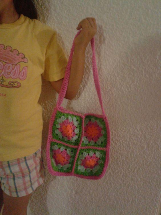 fácil bolsa hecha con cuadros a crochet o ganchillo.