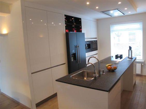Moderne keuken met kook spoel eiland en met hogekasten