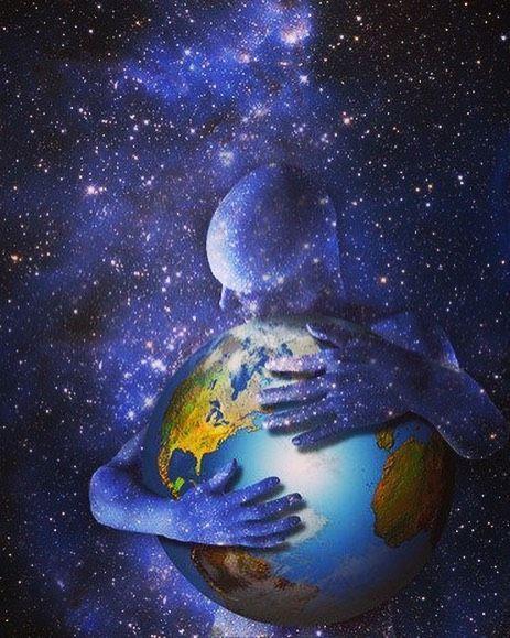 Vengo volando en llamas por los jardines del tiempo levito en frente del sol y recargo mi energía el silencio susurra que sonría con el alma y que ilumine las noches como el cielo estrellado. Desenvaino mi espada de luz estoy listo para la batalla estoy listo para crecer y seguir tu camino estoy listo para ayudar al mundo y combatir las oscuridades con las bendiciones que me has otorgado. Maestro necesito de tu ayuda para que mis semejantes quiten las vendas creadas por una máscara social que solo asiente de forma obediente; sin cuestionamiento alguno sobre la realidad colectiva en que vivimos. Tiempo y espacio percibidos por observadores distintos realidades distintas sueños distintos misiones distintas. Que la mente logre callar los ruidos que impiden escuchar el sonido de tu cuerpo inquebrantables tormentas que mantienen dormida la luz que yace en tu mundo subterráneo. Que el silencio llegue a tu puerta que el amor te abrace con fuerza que tu vida sea bendecida por la eternidad y que tus acciones sean conscientes con una orientación positiva hacia el universo. El reino de los cielos se encuentra dentro de ti solo que aún no lo descubres. #conciencia #vida #perdonar #sabiduria #evolucion #espiritualidad #meditacion #mente #presente #crecer #crear #universo #energia #cambio #paz #luz #sanacion #chilegram #instachile #reflexion #despertar #goodvibes #amor #despertar #silencio
