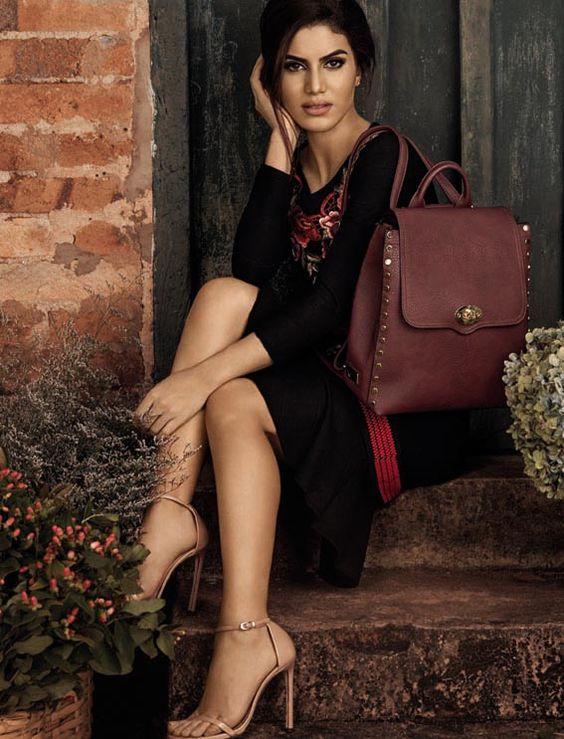 Camila Coelho: Nova coleção Le Postiche. A blogueira leva para os novos modelos seu estilo girly, moderno e coll.