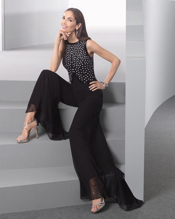 Macacão leve com corpo de brilhantes e calças crepe georgete extralargas (estilo palazzo), complementado com transparência, em preto.