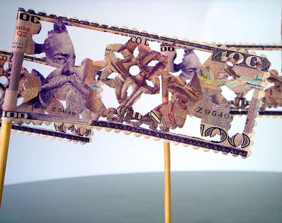 Máximo González - Manifestación (detalle) Instalación, 100 billetes-banderola picados de100 pesos pegados en el piso, televisión conectada a cámara que proyecta con una lupa, en tiempo real, el poema de Nezahualcoyotl del billete de 100 pesos mexicanos vigente 4 x 3 x1.6 m (aprox), 2004