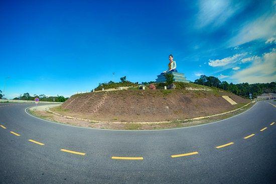 Tượng thánh nữ Ya Mao trên cung đường lên cao nguyên Bokor