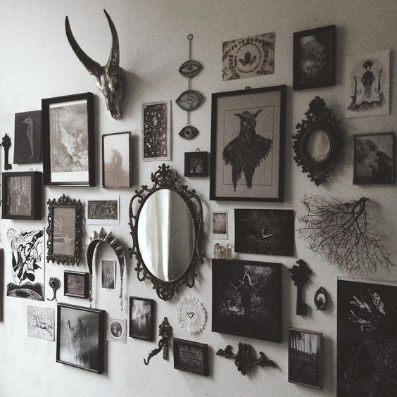 Una forma interesante para exponer fotos y objetos en el living