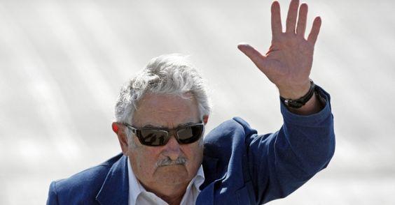 25/jan/2013 - URUGUAI - O presidente do Uruguai - JOSE MUJICA - acena para jornalistas ao desembarcar no aeroporto de Santiago (Chile) para reunião de cúpula da Comunidade de Estados Latino-Americanos e Caribenhos (Celac) e União Europeia, realizada neste fim de semana. Luis Hidalgo/AP.