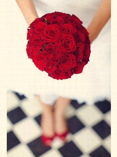 bouquet de mariage rouge / bouquet de mariée #weddingbouquet #bridalbouquet www.joyeuxmariage.fr: