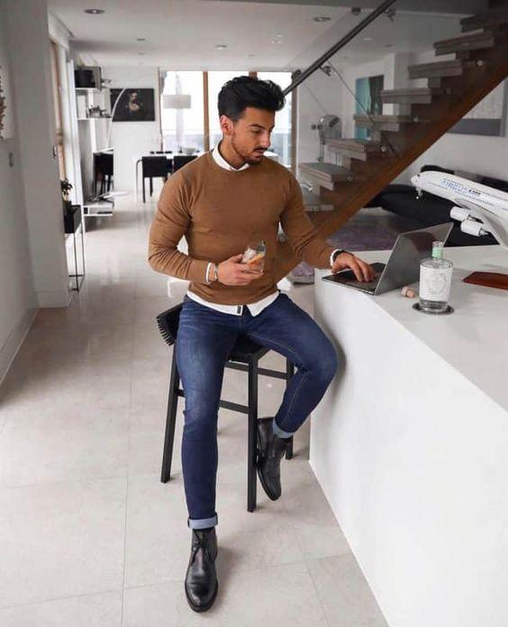 Hombre sentado en casa con buena imagen profesional online