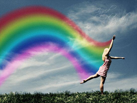 """""""Colorir a vida"""", é a forma mais bonita de passar a limpo nossas atitudes, eliminar o que escurece a alma, passar por cima do que não faz bem. É insistir em cantar, quando o silêncio dos maus tenta sufocar o nosso coração, é uma jeito delicado de mandar a tristeza e o mau humor para """"aquele lugar"""", de onde nunca deveriam ter saído.   Rosi Coelho***"""