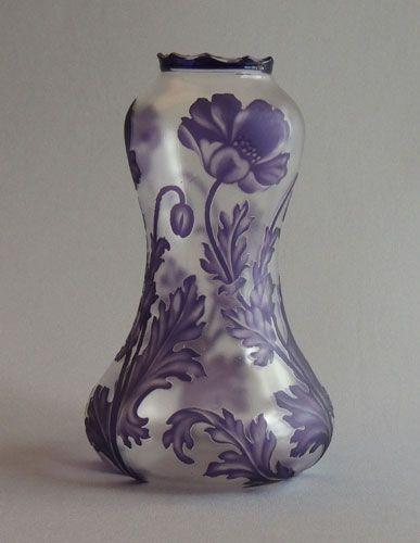 Val St. Lambert vase 'Boma' aux pavots, avec col sculpté - Camille Renard vers 1897. Cristal clair soufflé, doublé mauve, gravé à l'acide et achevé à la roue.: