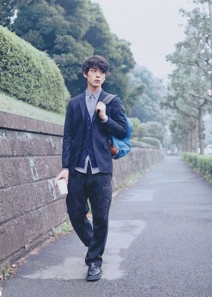 学生風コーデの坂口健太郎のファッション