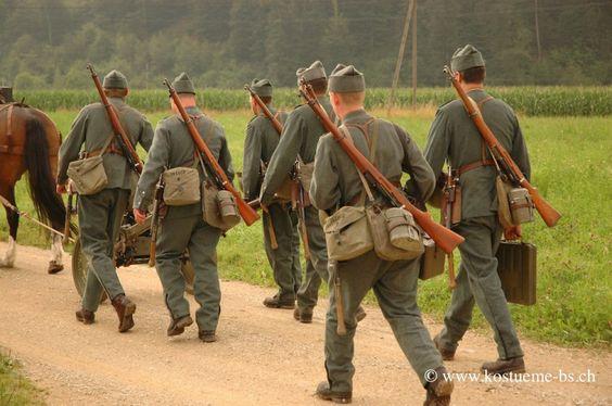 Schweizer Armee Uniformen 2. Weltkrieg mieten Ordonnanz 1926/40. Infanteristen mit Gefechtsgepäck und Infanteriekanone auf dem Marsch.  www.kostueme-bs.ch #patsuniform #ww2 #swissarmy #schweizerarmee #wk2 #1926 #1940