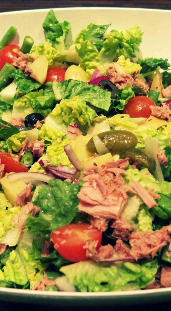 Mit ein bisschen Baguette geht der klassische Salat Nicoise definitiv als Hauptgericht durch. Für laue Sommerabende auf der Terrasse.