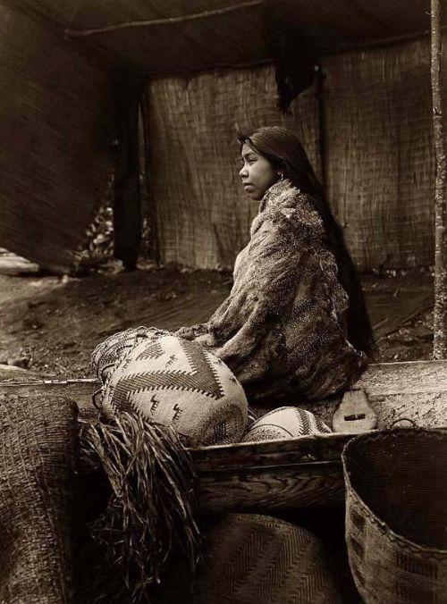 Fille de demi-longueur Portrait s; Skokomish chef & rsquo.  1,913 photographie par Edward S. Curtis.