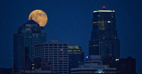 Superlua se destaca entre o topo de edifícios no Kansas, EUA. A superlua ocorre quando a Lua se aproxima da órbita da Terra, fazendo com que ela pareça maior e mais brilhante do que o normal